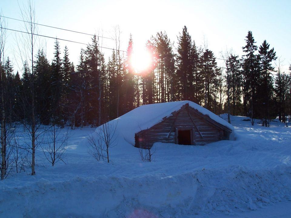 Maison recouverte de neige Junosuando Laponie