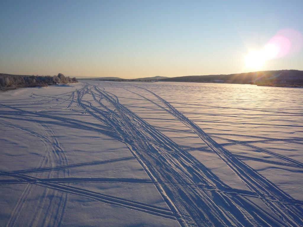 traces de motoneige sur riviere gelée laponie