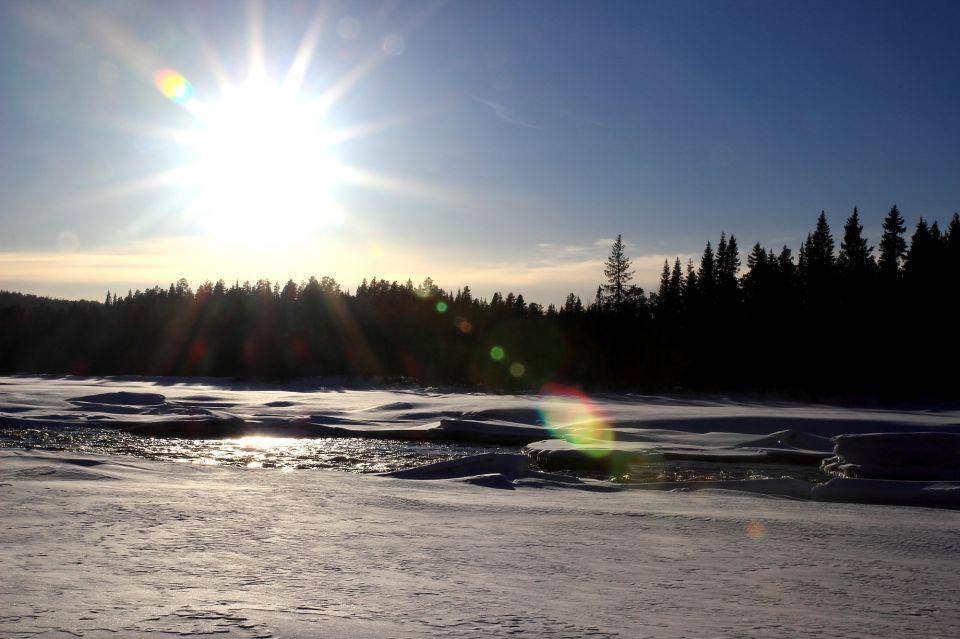 Sur le bord de la rivière Kalix en Laponie