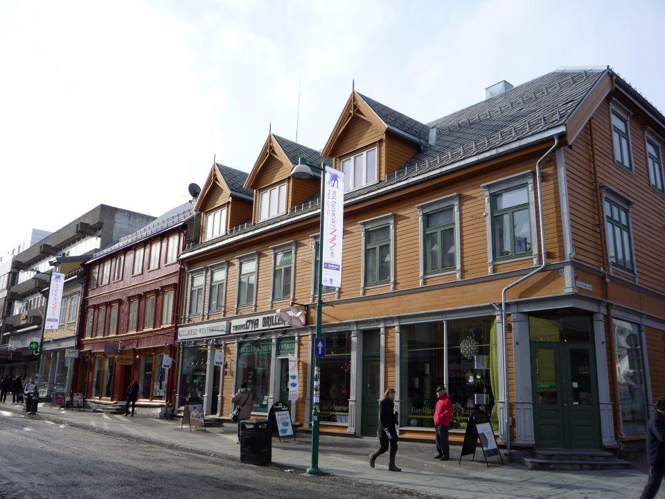 rue de Tromsø en norvege et maisons en bois