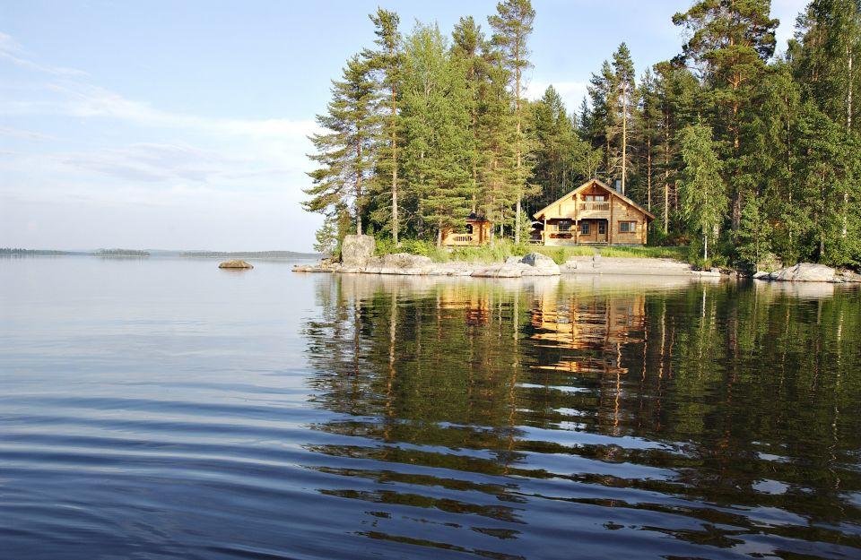 Cabane sur bord de lac en Finlande
