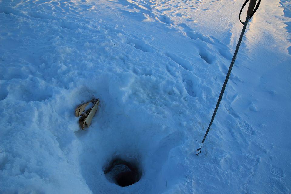 Le trou pour l'eau sur la riviere gelée en Laponie