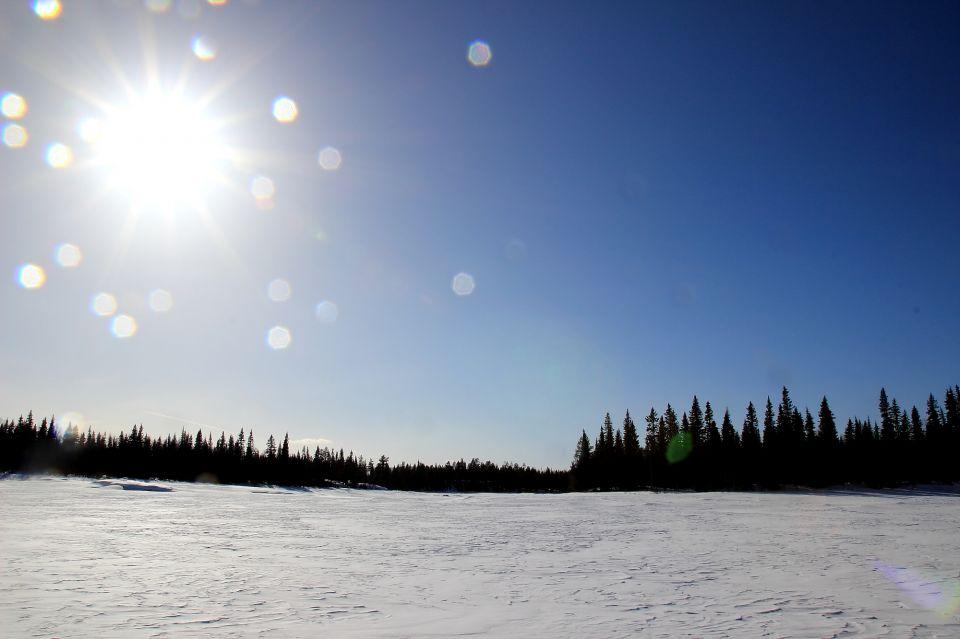 lac gelé en Laponie en skidoo