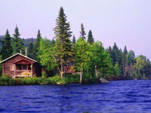 Cabane au Quebec sur le bord d'un lac